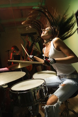 girl_drummer_taking_drum_lessons